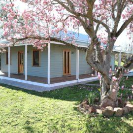 Tea Garden Creek Cottage frontyard